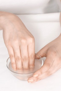 manicure-soak-nails